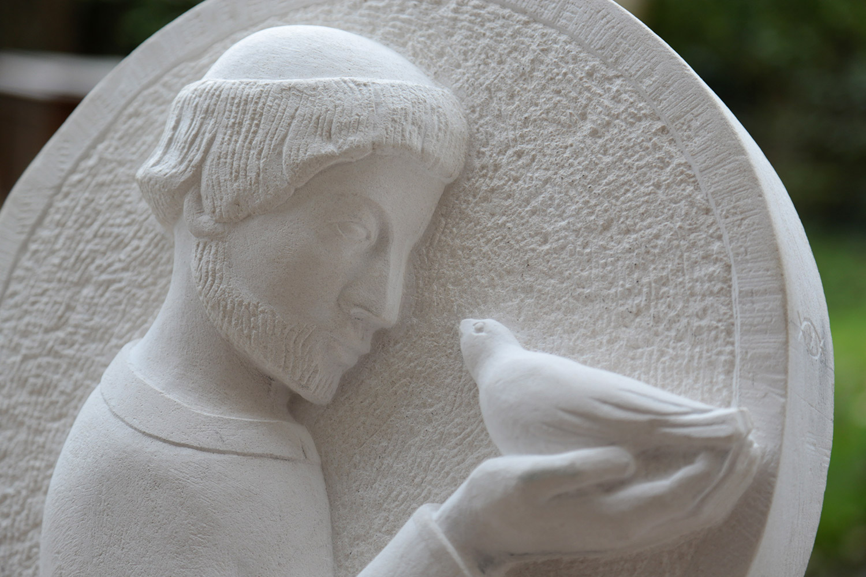 Bas-relief Saint-François d'Assise sur pierre calcaire / © Art Funéraire