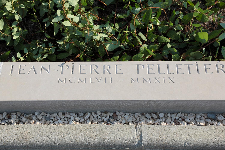 Stèle menhir. Traitement de la surface brute. Cimetière de Saint-Jean de L'Herm, détail du lettrage / © Art Funéraire
