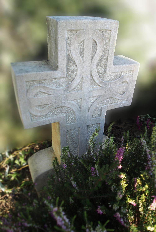 Croix celtique. Sur calcaire, cimetière de Lescure / © Art Funéraire