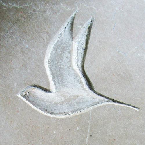 Détail d'un oiseau en vol stylisé. Bas relief sur stèle en calcaire / © Art Funéraire