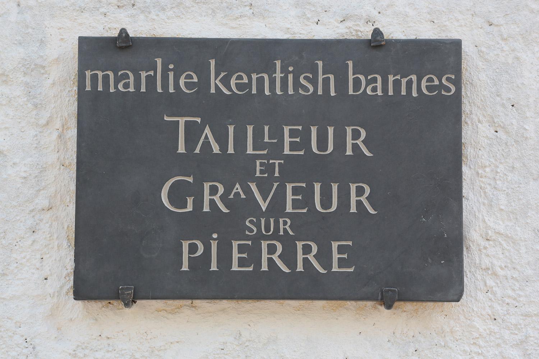 """Enseigne """"Tailleur et graveur sur pierre"""" / © Art Funéraire"""