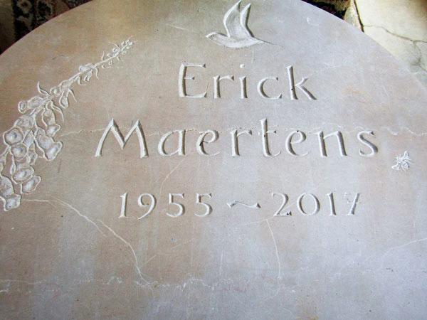 Plaque de pierre tombale, lettres gravées sur stèle - Détail / © Art Funéraire