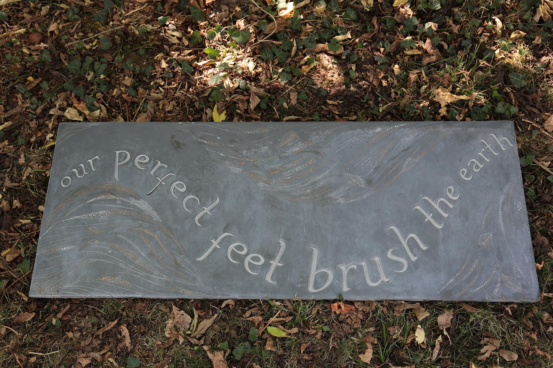Phrase poétique avec décor, gravée sur ardoise / © Art Funéraire