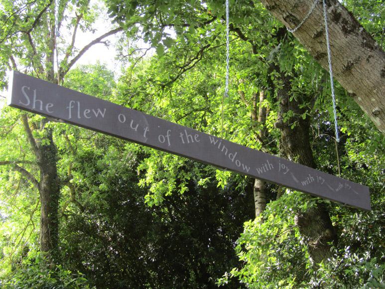 Phrase poétique accrochée aux arbres. Gravée en ardoise / © Art Funéraire