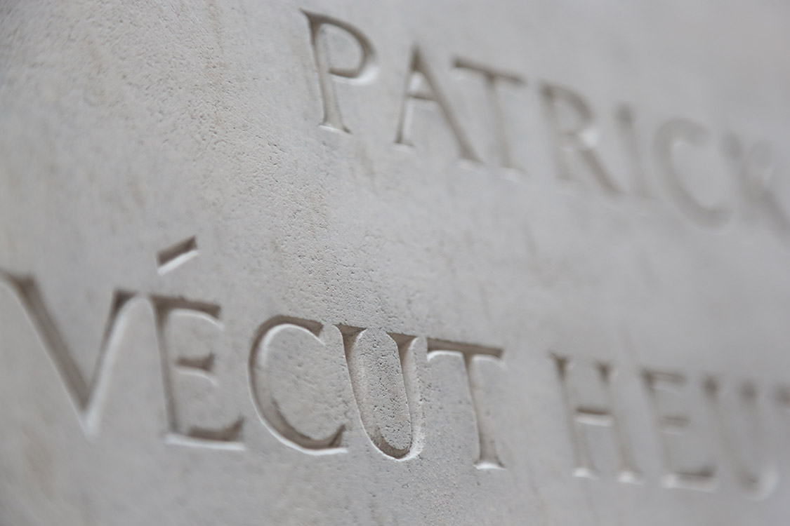 Plaque commémorative, lettrage gravé. Plaque destinée au bas d'un ancien chêne, détail / © Art Funéraire