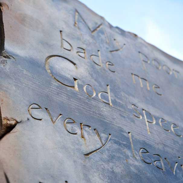 Poésie sur plaque commémorative publique. Détail. En ardoise massif / © Art Funéraire