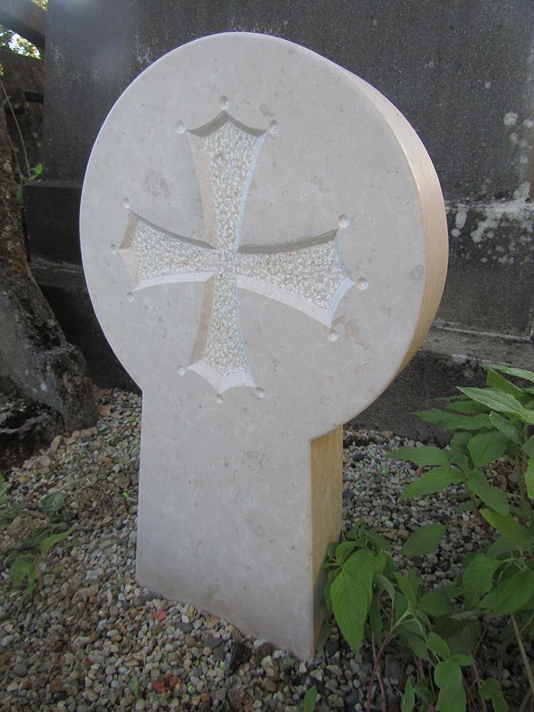 Stèle basque gravée. Croix occitane. Pierre de Fontenay, détail / © Art Funéraire