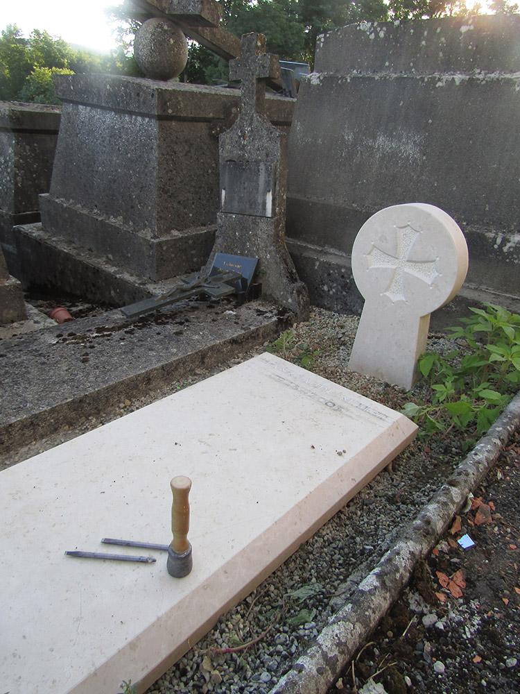 Stèle basque gravée. Croix occitane. Pierre de Fontenay, en cour de réalisation/ © Art Funéraire