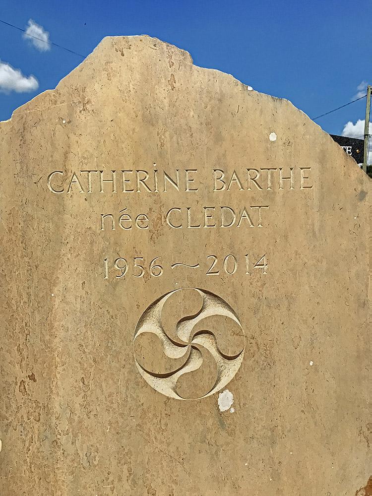 Stèle en calcaire massif brute. Croix basque gravée sur coté lisse. Cimetière de Saint-Géry / © Art Funéraire