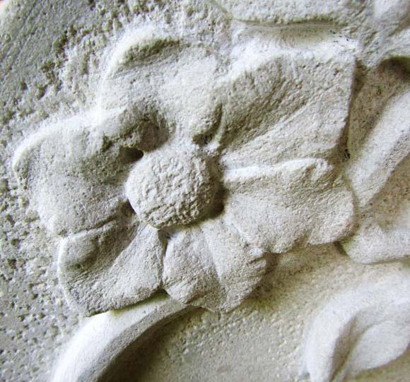 Stèle avec un décor floral en bas relief. En calcaire - Détail / © Art Funéraire