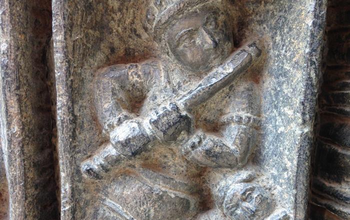 L'exubérante sculpture d'un temple au Belur en Inde, deux flutistes / © Art Funéraire