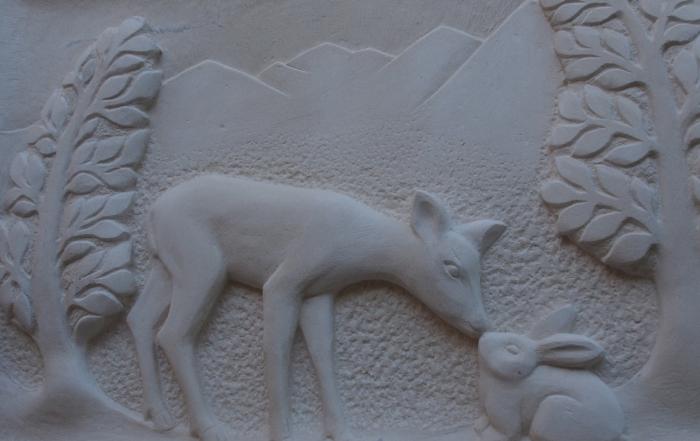 Plaque décorative extérieure bas relief pierre de lens calcaire biche lapin / © Art Funéraire Marlie Kentish Barnes